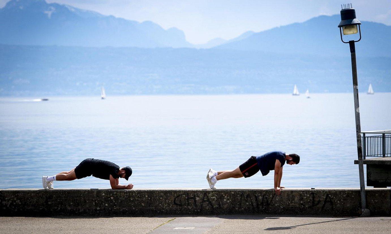 Bi gizon, kirola egiten, Suitzako Lausanne hirian, Geneva lakuaren inguruan, atzo. ©LAURENT GILLIERON / EFE