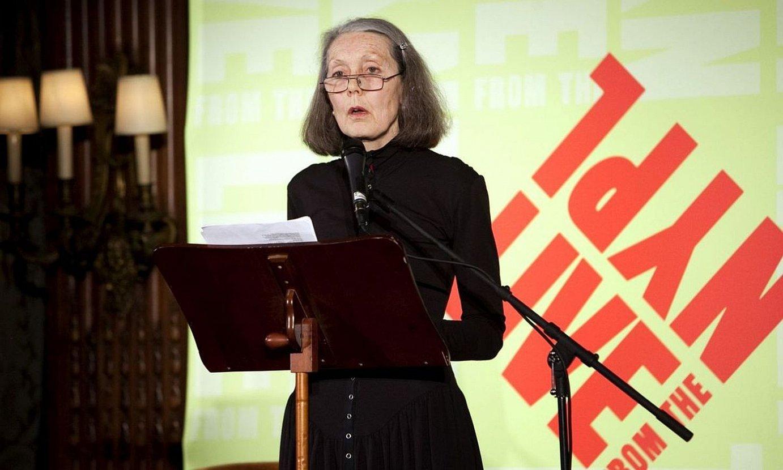 Anne Carson saiakeragile, poeta eta itzultzaile kanadarra, irakurketa literario batean, bere lanetako batzuk irakurtzen. ©BERRIA