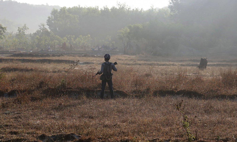 Polizia bat Rakhine eskualdeko herri batean, artxiboko irudi batean. ©NYEIN CHAN NAING / EFE