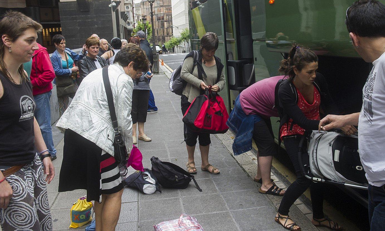 Euskal presoen senide eta lagunak, 2014ko irudi batean, Bilbon, Andaluziako (Espainia) espetxeetara zihoan autobus bat hartzeko pronto. / LUIS JAUREGIALTZO / FOKU
