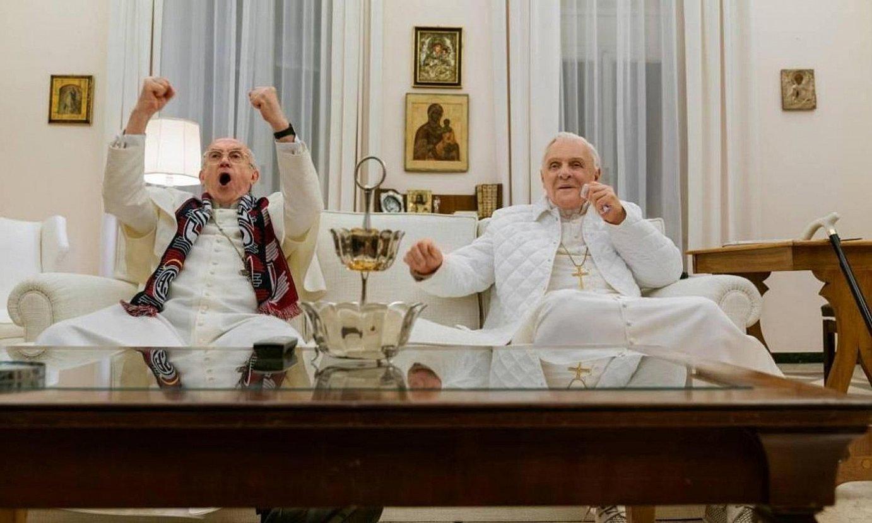 Jonathan Pryce eta Anthony Hopkins aktoreak, <em>The Two Popes</em> filmeko eszena batean. ©BERRIA