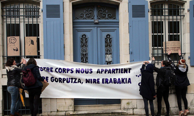 Marc Aillet Baionako apezpikuaren aurka egindako ekintza feminista. ©BOB EDME