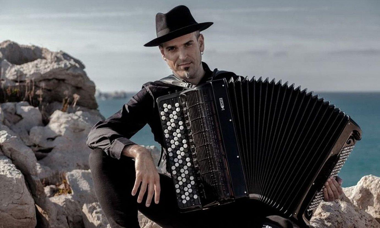 Akordeoia orkestra batera eraman duten soinujole bakanetako bat izan da Gorka Hermosa. ©OSCAR SANCHEZ