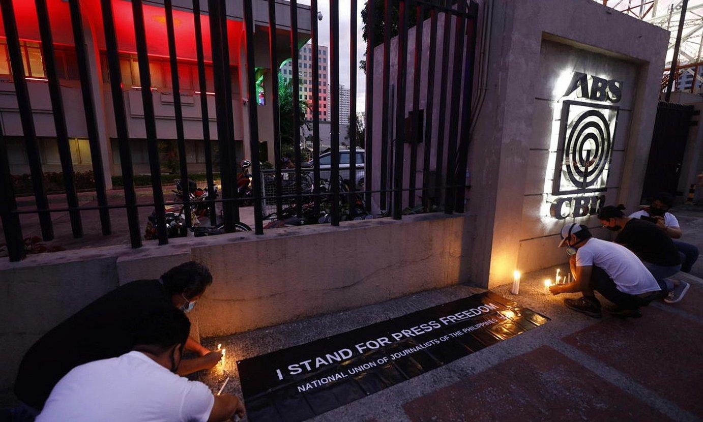 Zenbait herritarrek, protesta gisa, kandelak jarri zituzten atzo ABS-CBNren egoitzaren kanpoaldean. ©ROLEX DE LA PEÑA / EFE