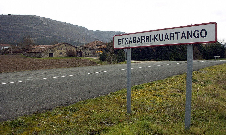 Kuartangoko udalerrian (Araba) 400 biztanle inguru bizi dira, eta ofizialki ez dute birusak kutsatutako kasurik. Irudian, Etxabarri-Kuartango herria. / JUANAN RUIZ / FOKU