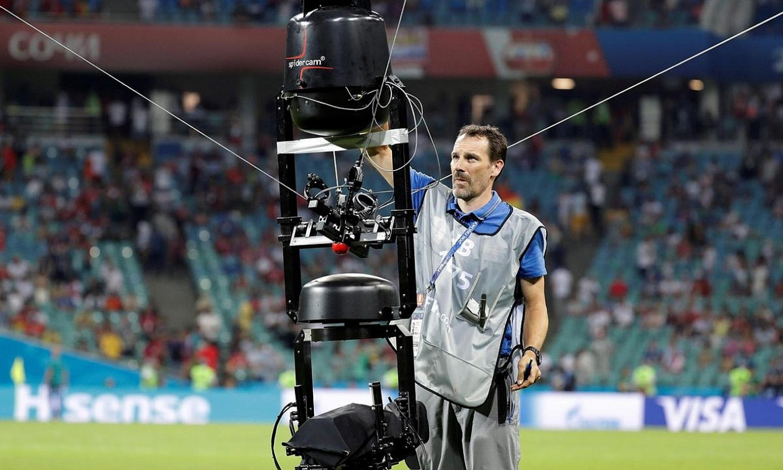 <b>Telebista, ezinbesteko.</b> Langile bat kamerarekin lanean, Errusiako Munduko Kopan, 2018an. / SEBASTIAO MOREIRA / EFE