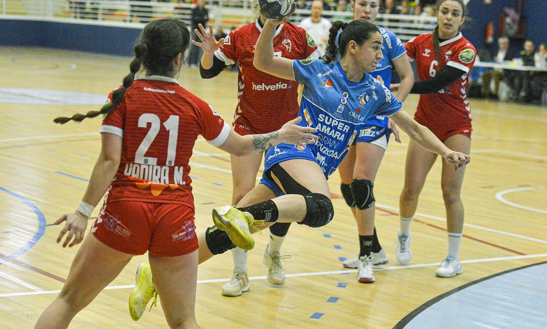 Bera Berako Esther Arrojeria jaurtiketa bat egiten, Alcobendasen aurkako partida batean. ©GORKA RUBIO / FOKU
