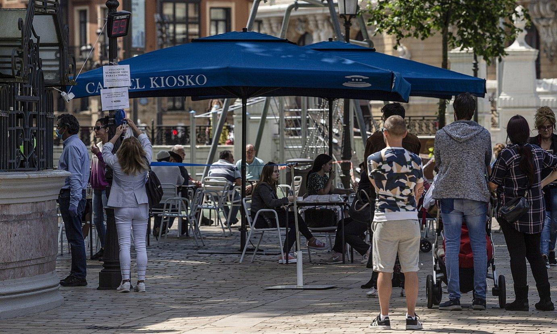 <b>Terrazak.</b> Bezeroak, mahai baten zain, Bilboko Areatzan. ©ARITZ LOIOLA / FOKU