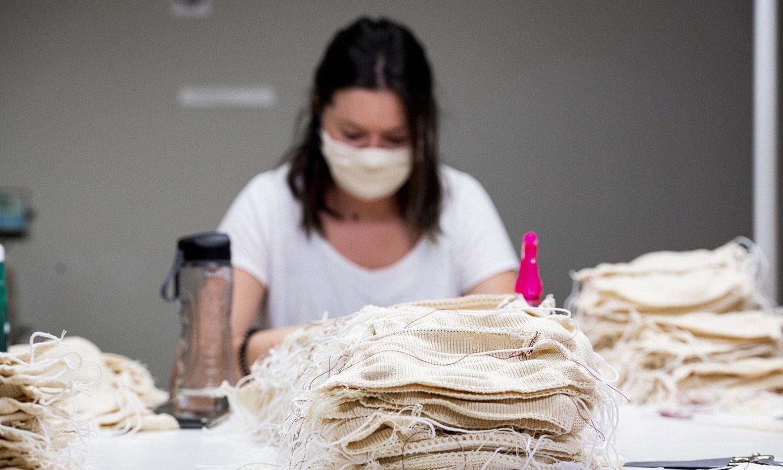 Baionako enpresa batean oihalezko maskarak egiten hasi dira. ©GUILLAUME FAUVEAU