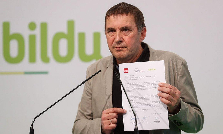 Arnaldo Otegi, EH Bilduren, PSOEren eta Unidas Podemosen akordioaren dokumentuarekin, atzo. ©JUAN HERRERO/ EFE