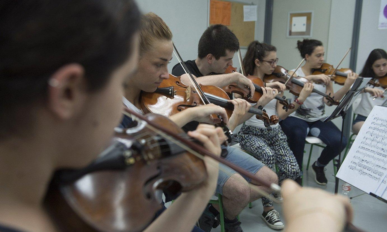 Euskadiko Gazte Orkestrako kideak, entseatzen, 2017an. ©JON URBE / FOKU