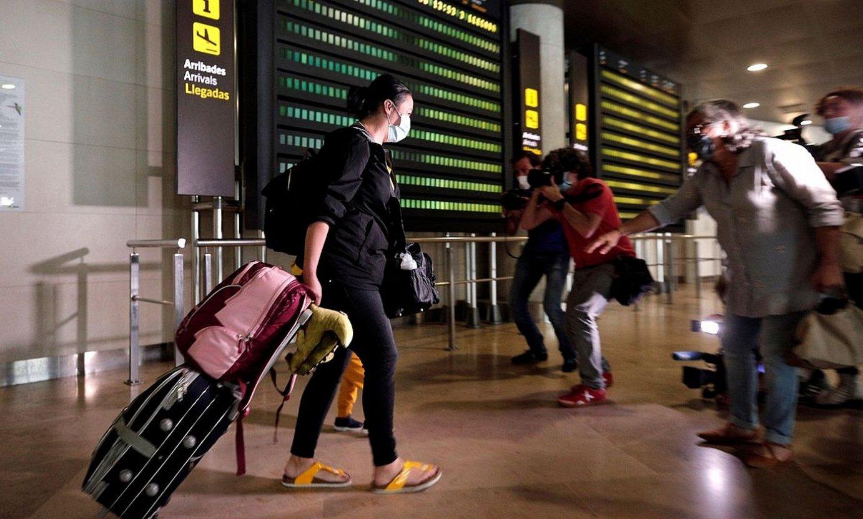 Atzerritik Espainiara iritsitako bidaiariek hamalau eguneko berrogeialdia egin behar dute gaur egun. ©MANUEL BRUQUE / EFE