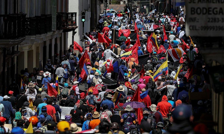 Milaka herritar protesta egiten, atzo, Quito hiriburuko kaleetan. ©JOSE JACOME / EFE