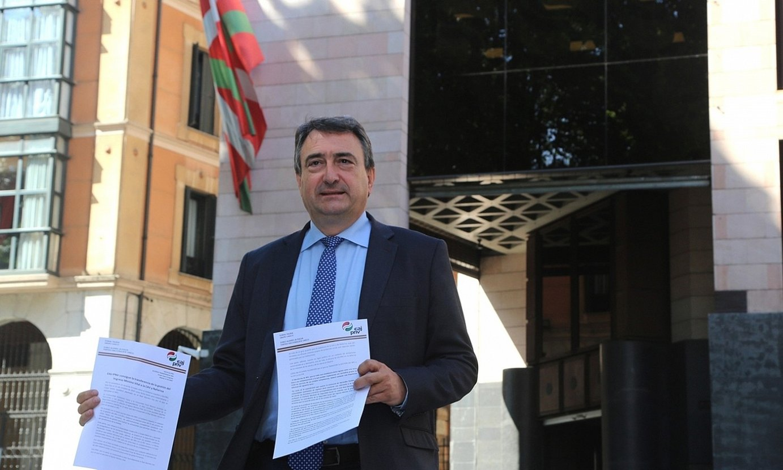 Aitor Esteban diputatua, Espainiako Gobernuarekin sinatutako akordioarekin, atzo, Bilbon. ©EAJ