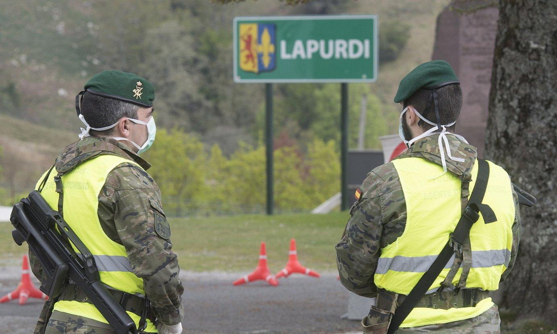 Espainiako poliziak, Lapurdi eta Nafarroa arteko mugan. ©JAGOBA MANTEROLA/ FOKU
