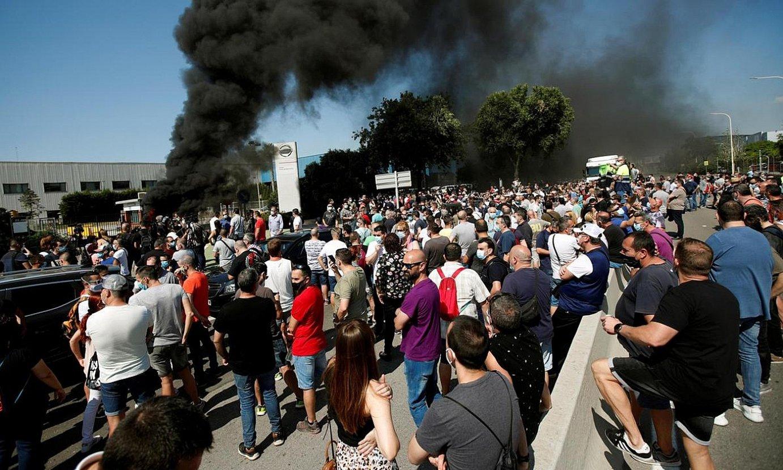Nissanen Bartzelonako lantegiaren atarian atzo izandako protestak. ©ALEJANDRO GARCIA / EFE