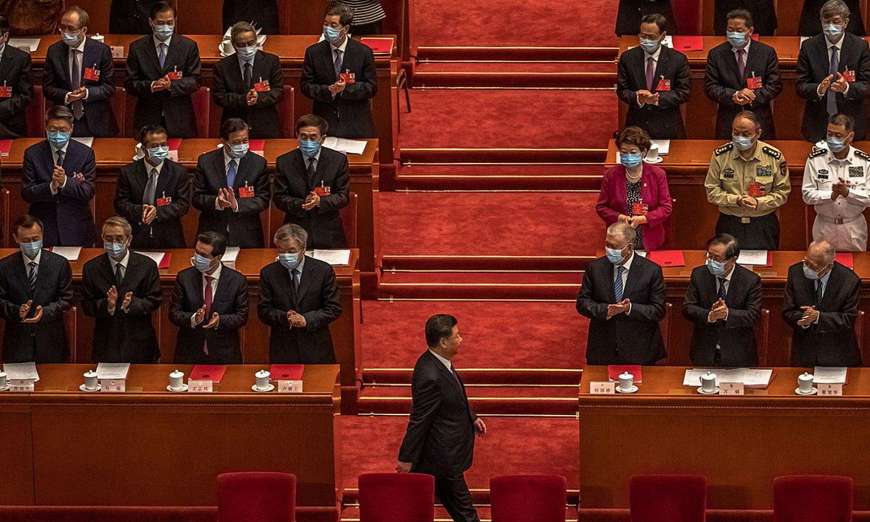 Xi Jinping, Txinako presidentea, parlamentuan, txaloka ari diren diputatuen aurretik igarotzen, atzoko osoko bilkuran. ©ROMAN PILIPEY / EFE