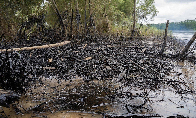 Apirilean izandako petrolio isuriak utzitako arrastoak, Napo ibaian, Ekuadorko Amazonian. ©TELMO IBARBURU