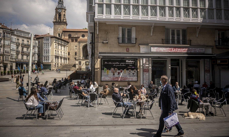 Gasteizko Andre Maria Zuriaren plazako tabernetako terrazak, jendez beteta. / JAIZKI FONTANEDA / FOKU