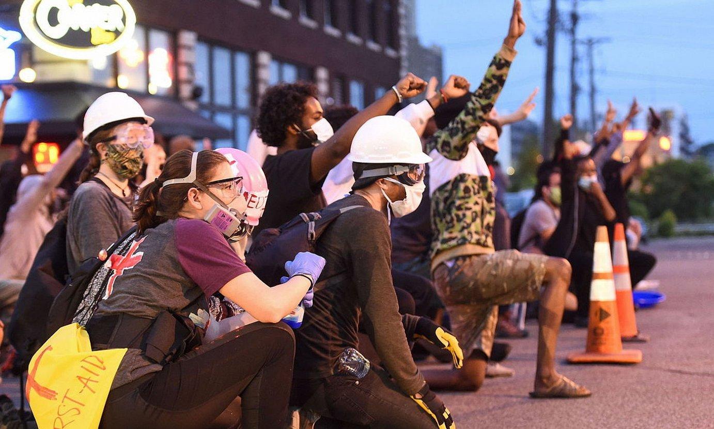 Manifestariak Poliziaren aurrean, St. Paulen, Minnesotan. ©CRAIG LASSIG / EFE