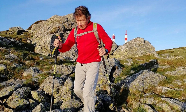 Carlos Soria alpinista mendi batetik jaisten, bi makilekin. ©CARLOS SORIA