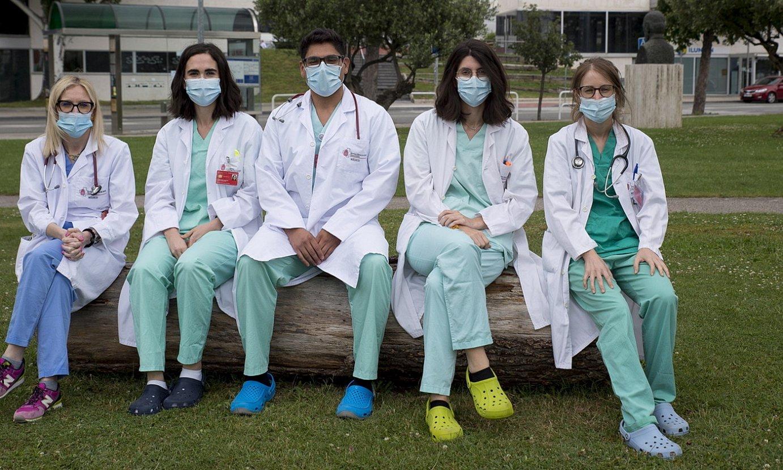 Patricia Fanlo, Laura Imaz, Jose Espinoza, Marina Delgado eta Irati Ormazabal medikuak. / IÑIGO URIZ / FOKU