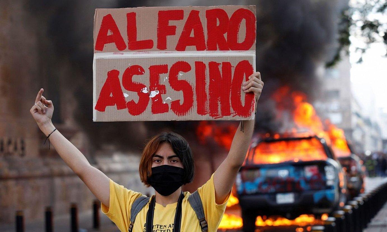 Manifestari bat afixa bat eskuan duela, herenegun, Guadalajaran; Jaliscoko gobernadoreari egiten dio erreferentzia. ©EFE