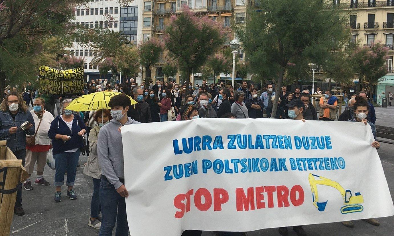 Dozenaka herritarrek egin zuten protesta atzo, Donostian, metroak eragindako kalteen aurka. ©BERRIA