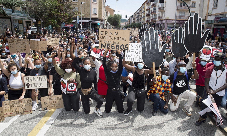 Hainbat lagun, atzo, Iruñeko Arrotxapea auzoan, arrazakeriaren aurka protesta egiten. ©IÑIGO URIZ / FOKU