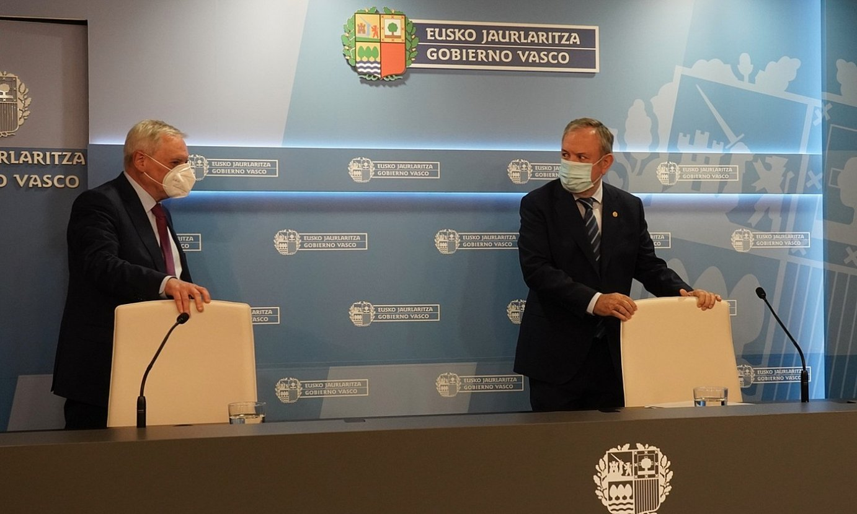 Alberto Alberdi eta Pedro Azpiazu atzoko agerraldia hasi aurretik. / P. ORIBE / IREKIA