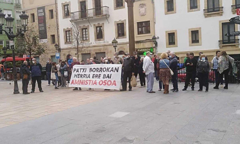 Patxi Ruiz euskal presoaren aldeko elkarretaratzea, atzo arratsaldean, Bilbon, Etxebarrieta plazan. / BERRIA.