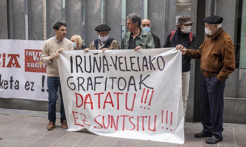 Iruñea-Veleia Argitu plataformako kideek protesta egin zuten atzo, sententzia jakin ostean, Gasteizen. ©J. FONTANEDA / FOKU