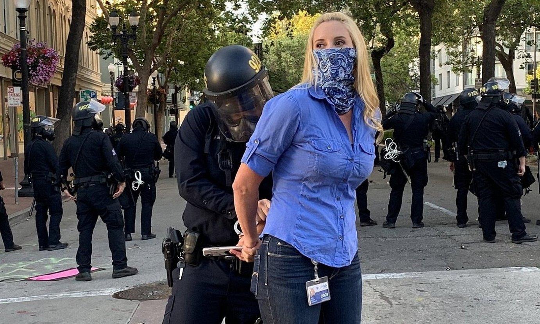 Polizia bat Katie Nielsen kazetaria atxilotzen, ekainaren 1ean, Kaliforniako Oakland hirian. ©ERIN BALDASSARI
