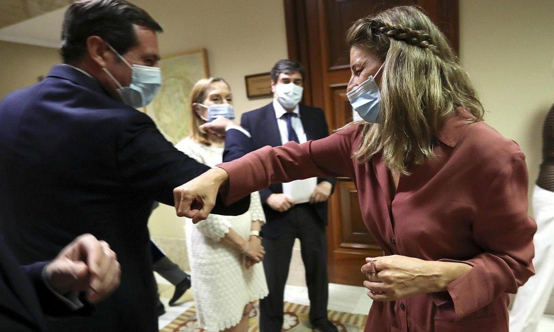Antonio Garamendi CEOEko presidentea eta Yolanda Diaz Espainiako Lan ministroa, ukondoekin agurtzen, atzo, Madrilen. ©KIKO HUESCA / EFE