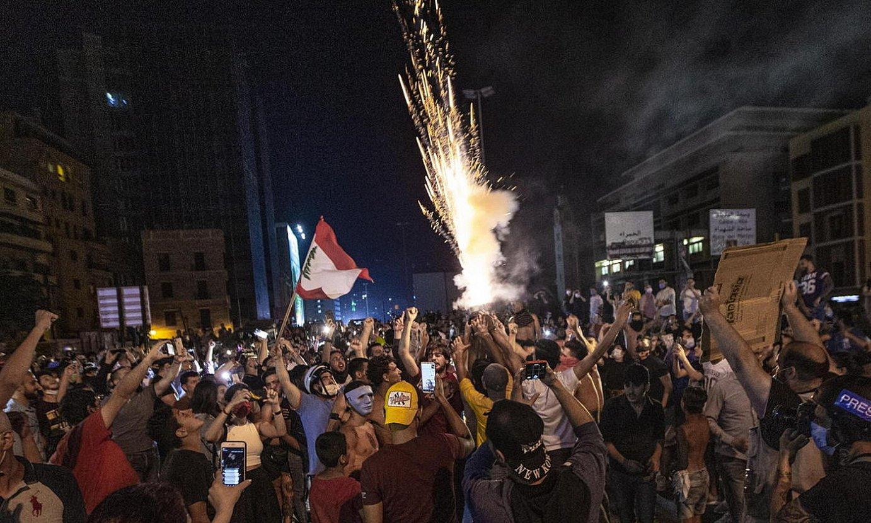 Manifestari talde bat, herenegun, Beiruteko errepide mozketa batean protestan. ©NABIL MOUNZER / EFE