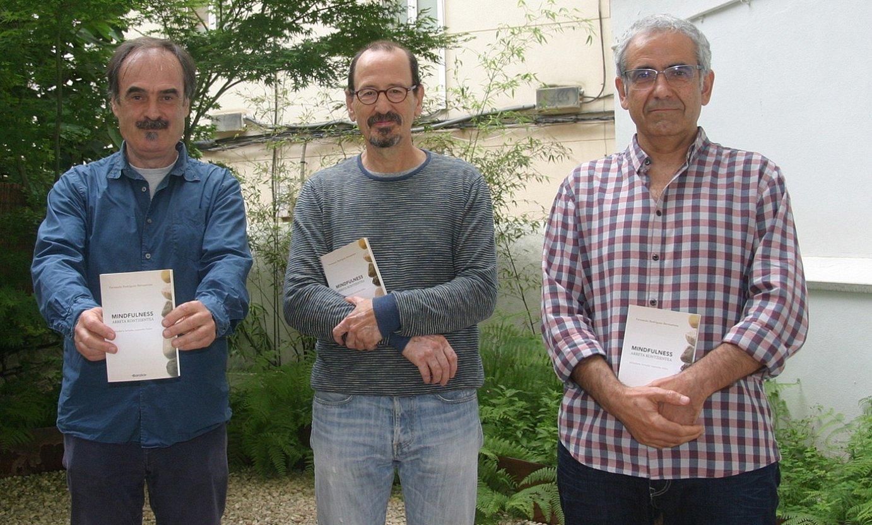 Erdian, Fernando Rodriguez liburuaren egilea; ezkerrean, Joseba Urteaga; eta, eskuinean, Josemi Hernandez, bi itzultzaileak, joan den asteko aurkezpenean. ©BARAKA