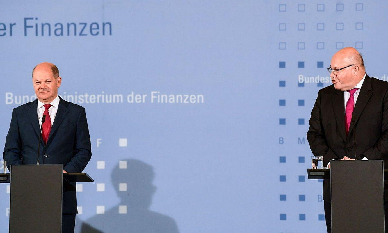 Olaf Scholz Alemaniako Finantza ministroa eta Peter Altmaier Ekonomiakoa, ostiralean, suspertze plana aurkezten. ©FILIP SINGER / EFE