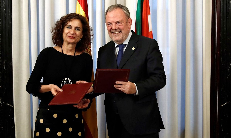 Maria Jesus Montero eta Pedro Azpiazu, martxoko irudi batean. ©MARISCAL / EFE