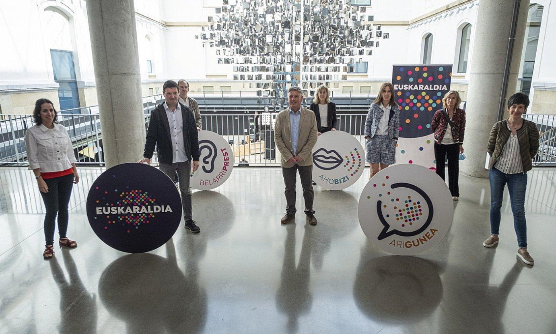 Euskaltzaleen Topaguneko eta Euskaraldian parte hartuko duten entitateetako ordezkariak, atzo, Donostian. ©JON URBE / FOKU