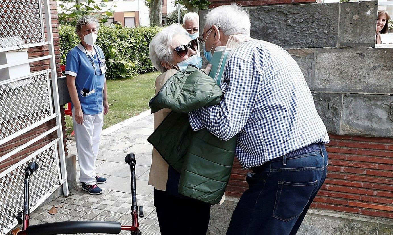 Egoiliar bat, Iruñeko Erruki Etxetik atera eta anaia agurtzen, atzo. / JESUS DIGES / EFE