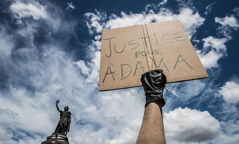 Iragan larunbatean Parisen egindako manifestazioaren irudi bat, Adama Traoreren heriotza oroitzeko. Afixak �Justizia Adamarentzat� dio. ©MOHAMMED BADRA / EFE