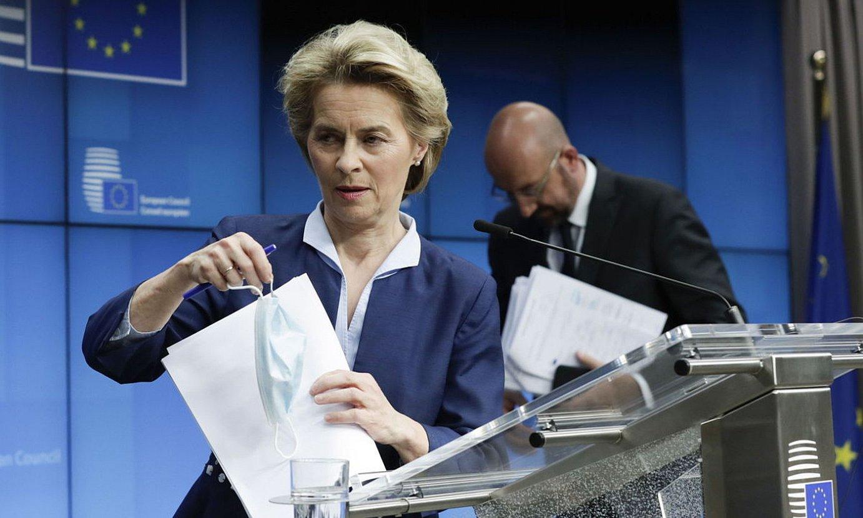 Ursula von der Leyen Batzordeko presidentea eta Charles Michel Kontseilukoa, atzoko goi bileraren ondoren. ©O. HOSLET / EFE