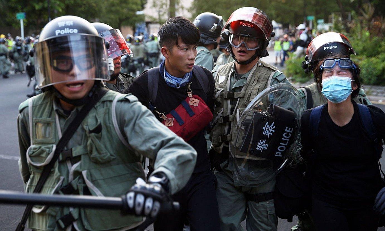 Txinako Polizia bi manifestari atxilotzen, Hong Kongen autonomiaren aldeko protesta batean, joan den irailean. ©JEROME FAVRE / EFE