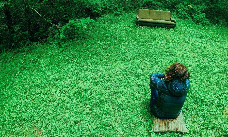 Emakume bat zelai batean eserita, sofa bati begira. ©JULEN LANDALUZE