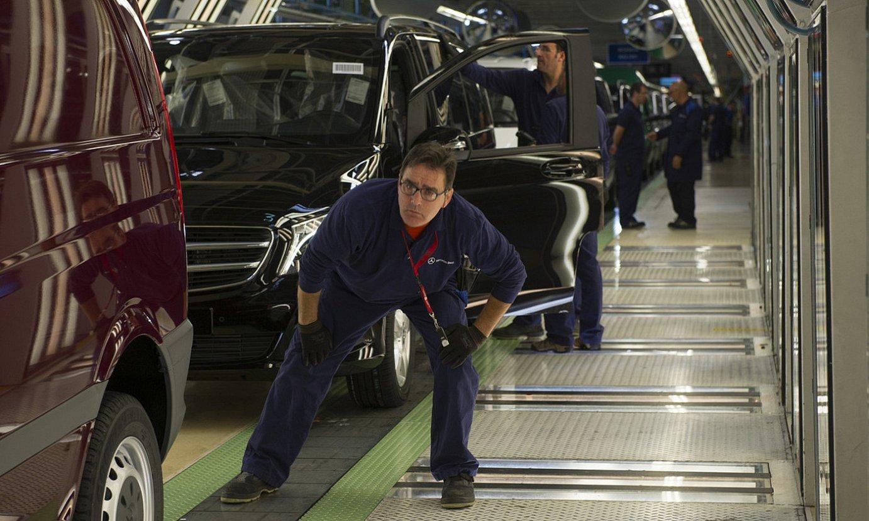 Langile bat, Gasteizko Mercedes furgoneten lantegian, artxiboko irudi batean. ©RAUL BOGAJO / FOKU