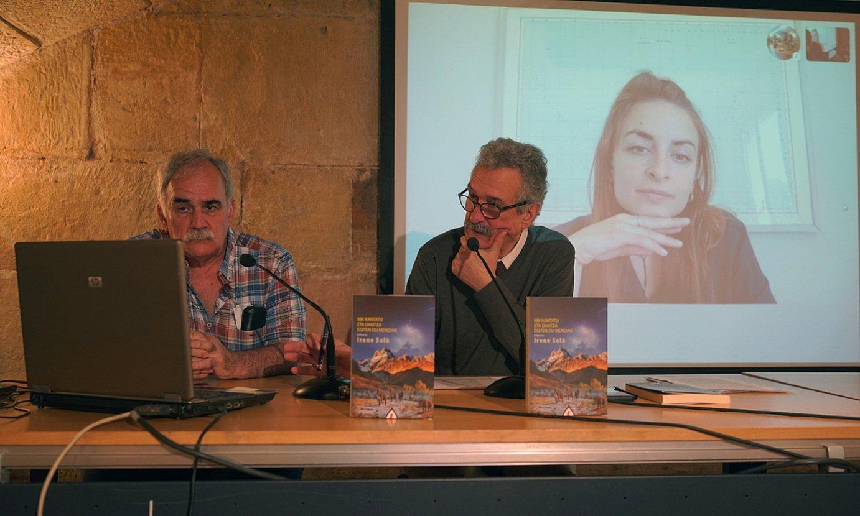 Joxan Elosegi eta Jorge Gimenez, atzo, Donostian; atzeko pantailan, Irene Sola idazlea etxetik. ©GOTZON ARANBURU / FOKU