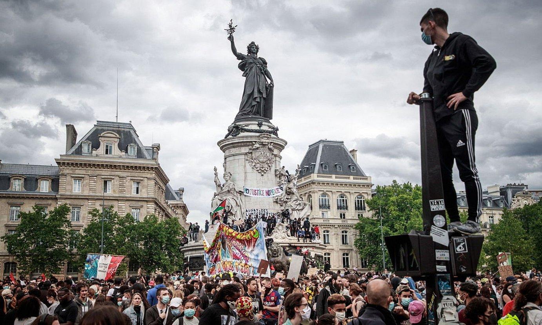 Parisen hilaren 13an Poliziaren bortizkeria salatzeko egindako manifestazioaren irudi bat. ©C. PETIT TESSON / EFE