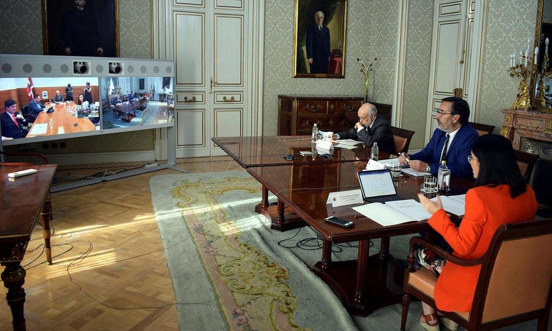Carolina Darias Espainiako Lurralde Politikako ministroa, bere lantaldearekin, atzo Madrilen, telebileran. ©EFE