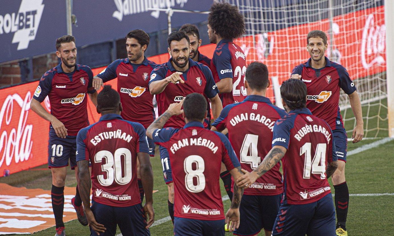 Osasunako jokalariak, Enric Gallegok sartutako aurreneko gola ospatzen, atzo, Sadarren. ©JAGOBA MANTEROLA / FOKU