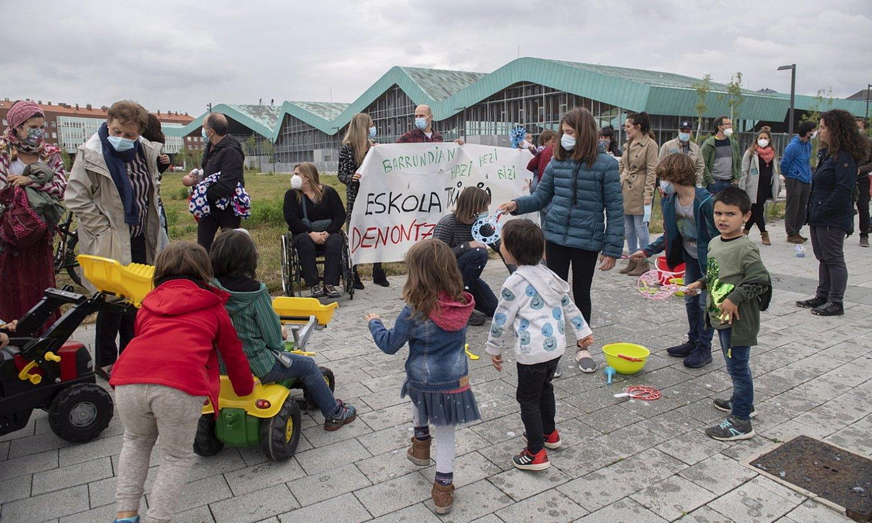 Barrundiako senitartekoen protesta Eusko Jaurlaritza aurrean, haur eskola eskatuz, Gasteizen. ©RAUL BOGAJO / FOKU